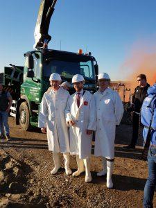 mannen in witte pakken op de bouw